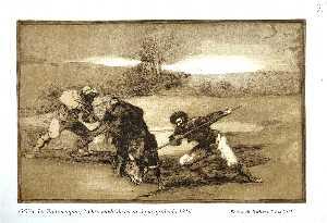 Mariano Ceballos montado sobre un toro poniendo un rejón