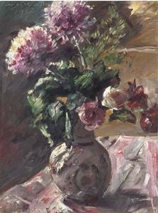 Chrysanthemen und Rosen im Krug