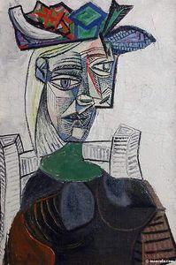 Femme assise au chapeau