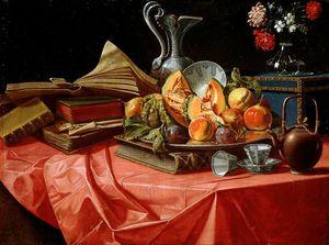 Libros, porcelana china, bandeja de frutas, tronco, maceta y la tetera sobre la mesa cubierta con una tela roja